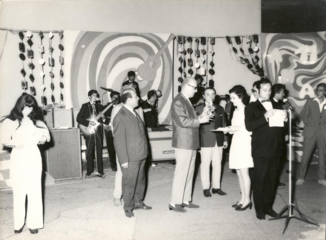 1971 - Presedintele juriului Nicolae Kirculescu inmaneaza premiile.jpg